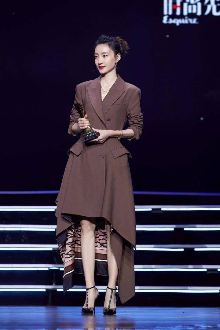 王丽坤西装当裙子穿,勒出蚂蚁腰又解锁了新时尚!