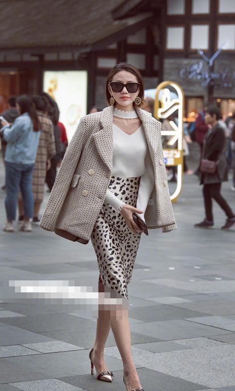时尚资讯网|街拍:美女的气场和穿衣风格都很有欧美范,看起来很有气势!