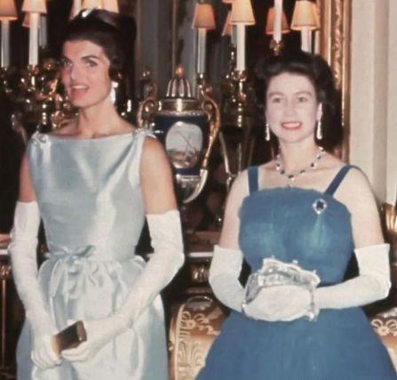 英女王穿藍色性感弔帶,細腰盈盈可握,年輕時跳舞比梅根還有魅力