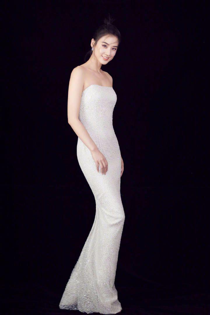 黄圣依重回颜值巅峰,鱼尾裙穿着前凸后翘真性感!