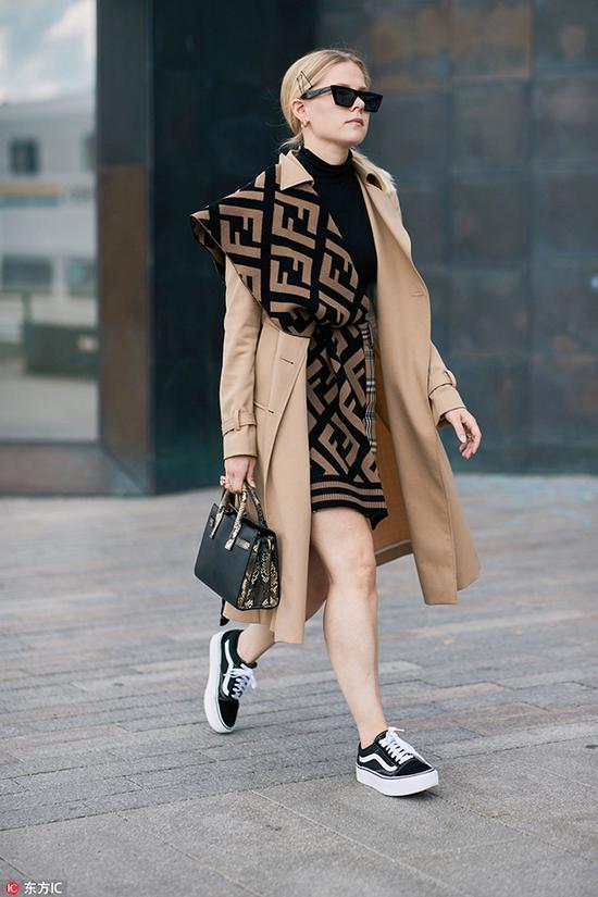 连衣裙配上长丝巾是最近很流行的穿法~将丝巾自