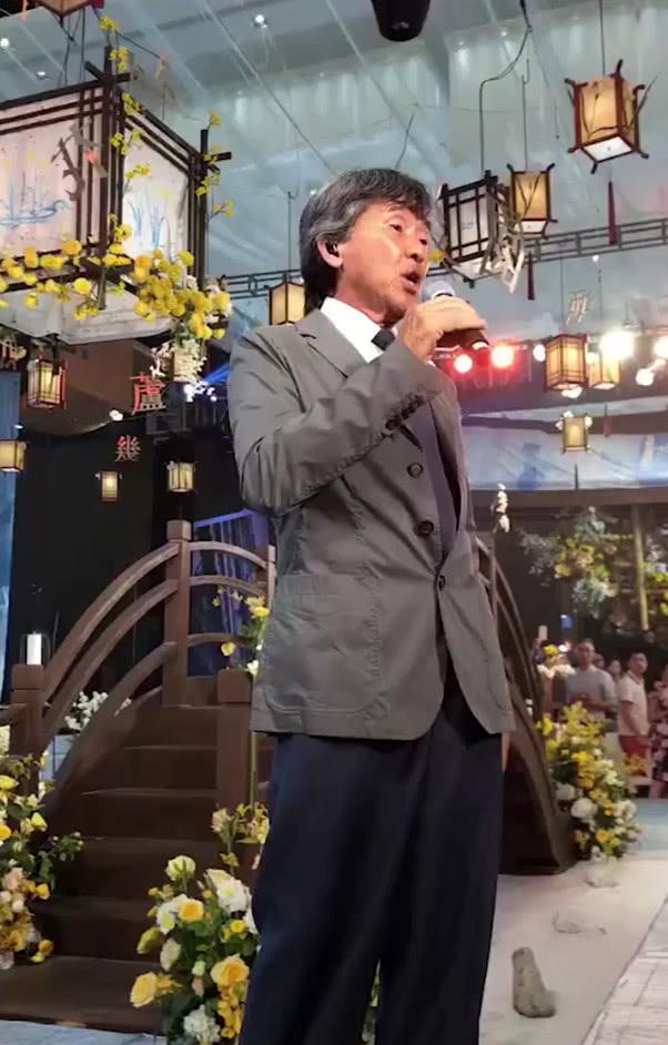 71岁港星林子祥舞台上飙歌表情狰狞非常卖力网友:唱不动了