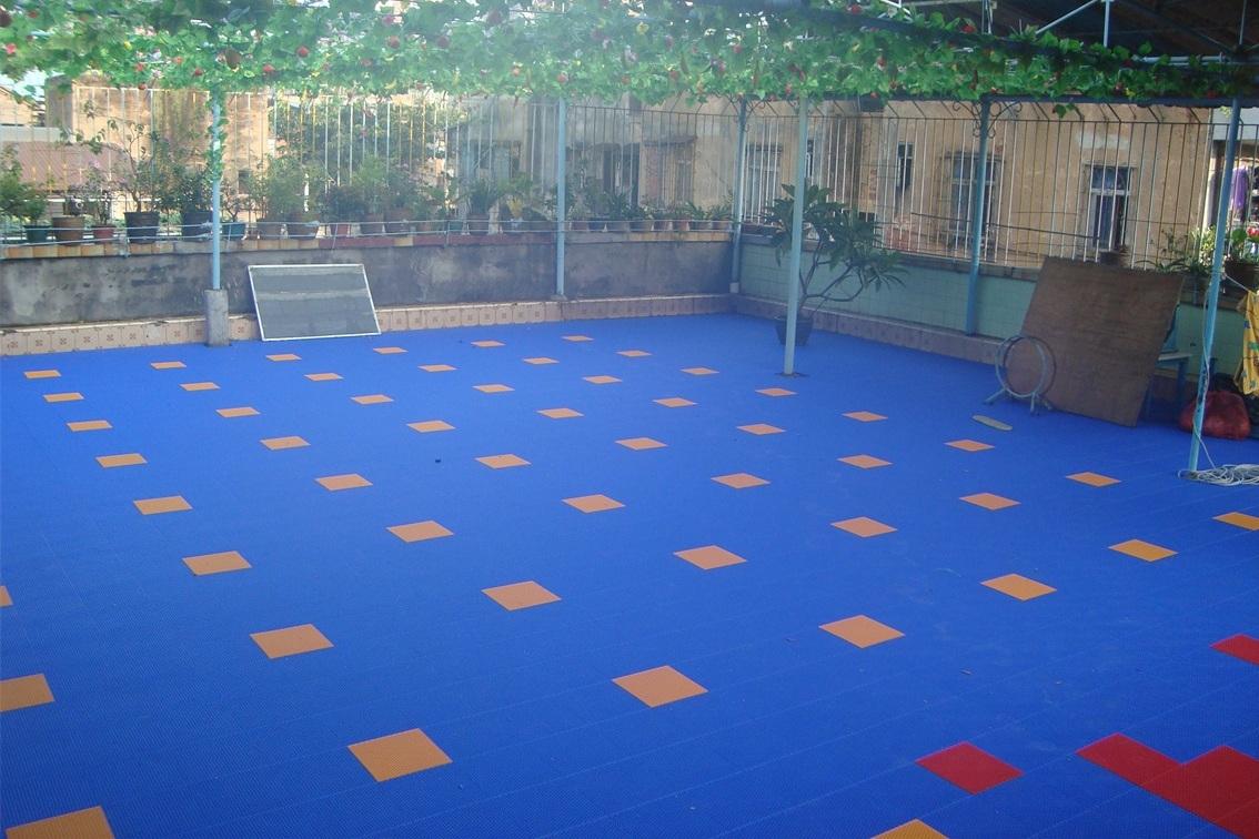 幼儿园悬浮式拼装地板铺装在室外活动场地优点