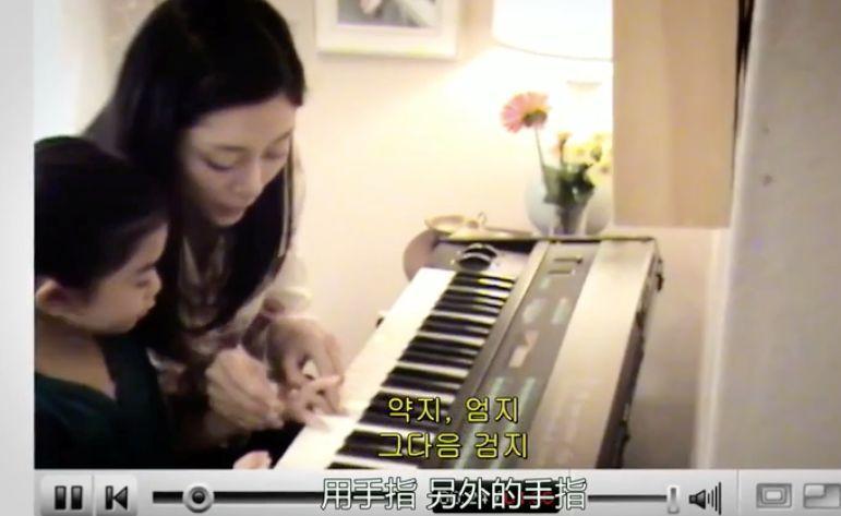 妈妈陪女儿弹琴