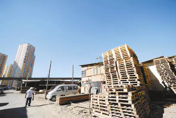 木材市场消火栓被成堆木材遮挡,消防开展火患排查整治-木质防火门