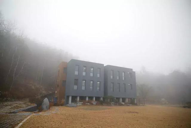 在韩国,几千人掏钱抢着住监狱,只为在里面解脱