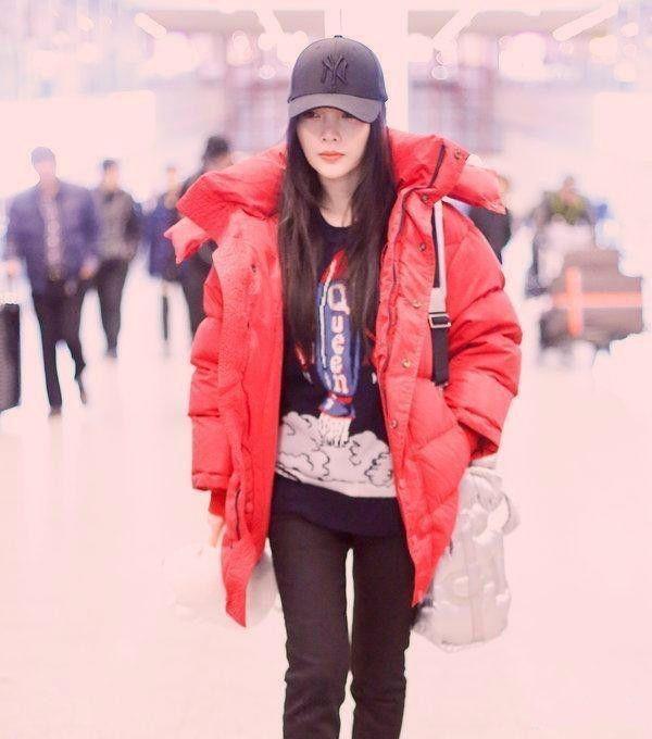 37岁李小璐逆龄生长,橘黄羽绒服,难挡少女心!