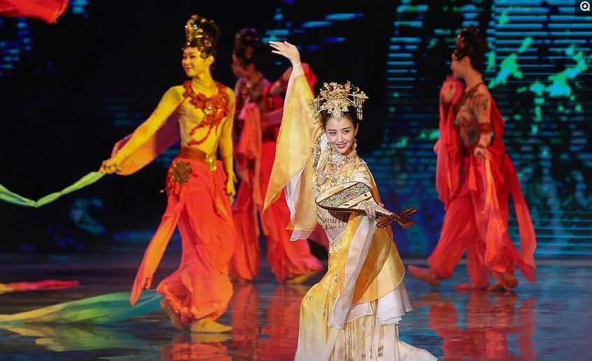 34岁佟丽娅似仙女下凡!在华表奖颁奖典礼上翩翩起舞