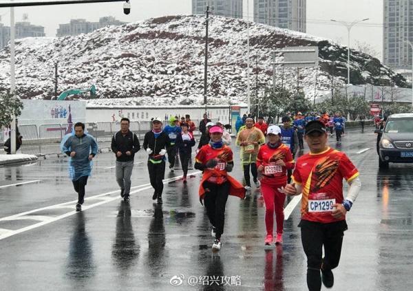 """""""奔跑中国""""诸暨马拉松开跑,没有递国旗,途中采访却尴尬"""