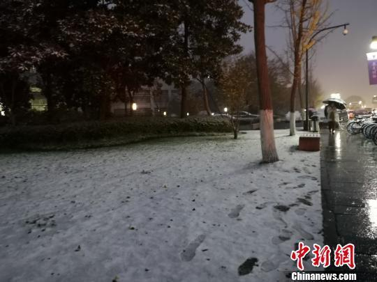 [精彩]杭州迎大雪气温跌破零度多地发布暴雪蓝色预警