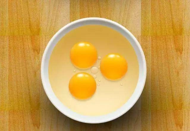 将鸡蛋清收紧泡沫,敷在脸上10-20分钟,用清水v泡沫,清除米粉,打成温州皮肤干图片