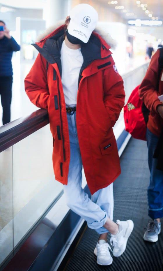 董子健不劝劝孙怡吗?冬天敞开棉服还扎裤脚,这脚脖子都冻红了!