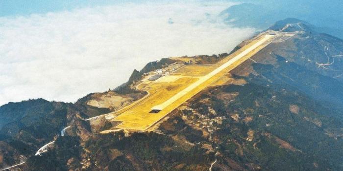 """中国又一项世界级工程""""山顶航母"""": 使用上万吨炸药砍平65座大山"""
