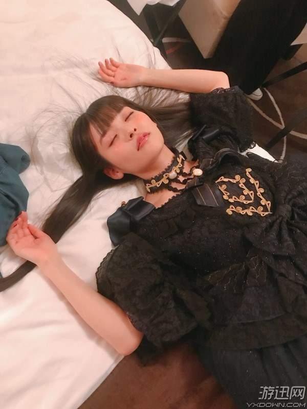 上坂堇晒FNS歌谣祭幕后照 哥特装睡颜照美炸