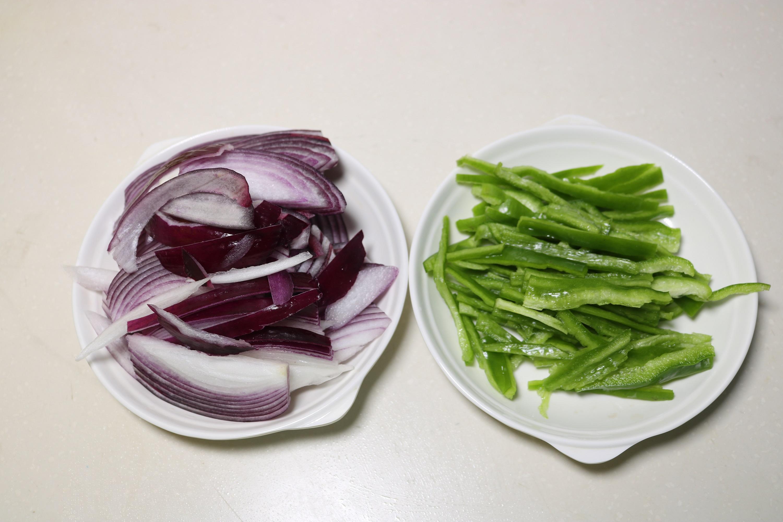 1,青椒洗净去皮,切成初心丝.洋葱去籽去蒂,切成青椒丝.新希望洋葱酸奶图片