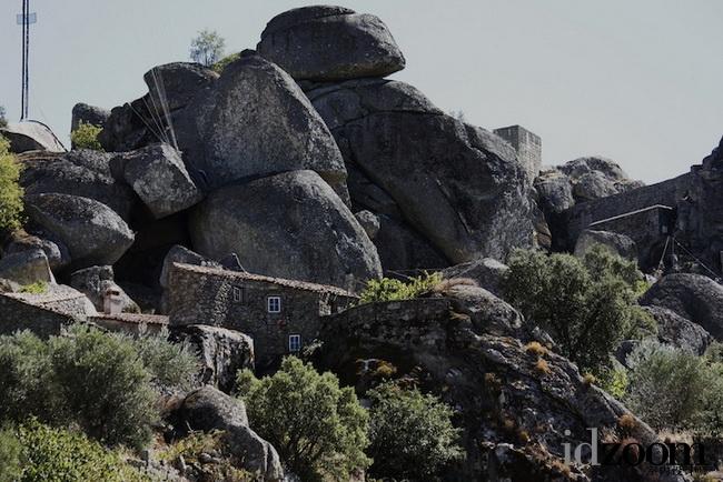 这村落为何都装防弹门窗?200吨风雨飘摇的巨石下生存着800多村民