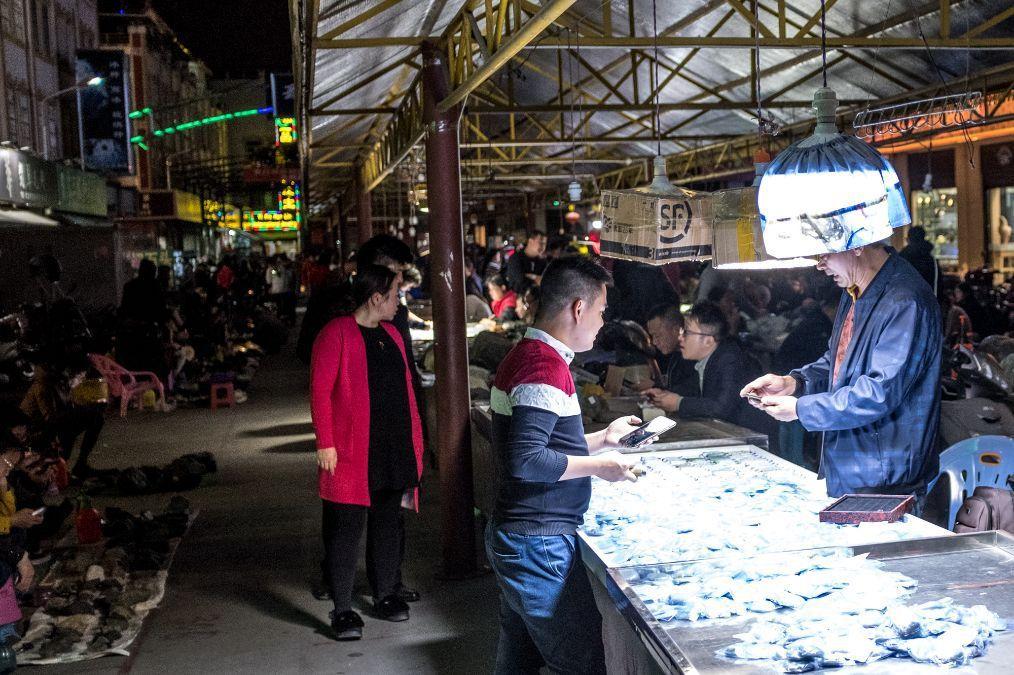 云南最大珠宝市场实拍:晚上才开门,商贩全在黑暗中最怕灯光太亮