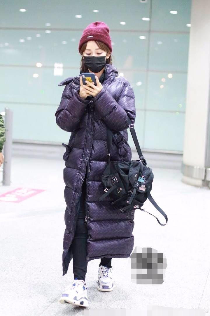 杨紫穿紫色长棉服也瘦的像个竹竿,裹得严严实实是真的怕冷!