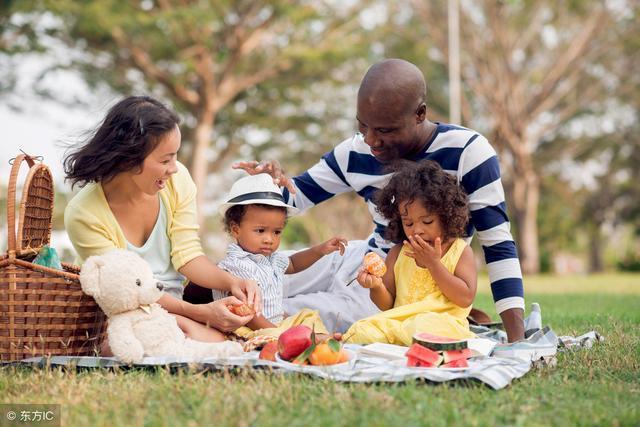 6,美国人无论是出去吃饭,运动,娱乐,都习惯以家庭为单位.图片