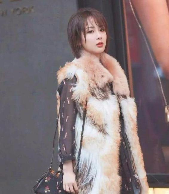 杨紫真会打扮自己,冷暖搭配,还有大长腿!