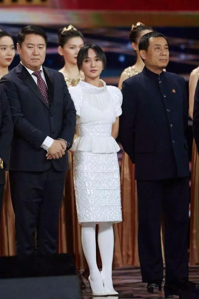 厉害了周迅!白色丝袜配白裙,网友:不穿丝袜会更美!