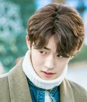 韩国帅气男生的三七分刘海短发烫发发型,露耳的设计十分清爽,饱满的图片