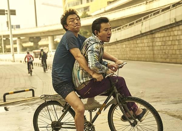 沈腾黄渤单车照在网上走红 周围人穿着这个细节有没有注意?