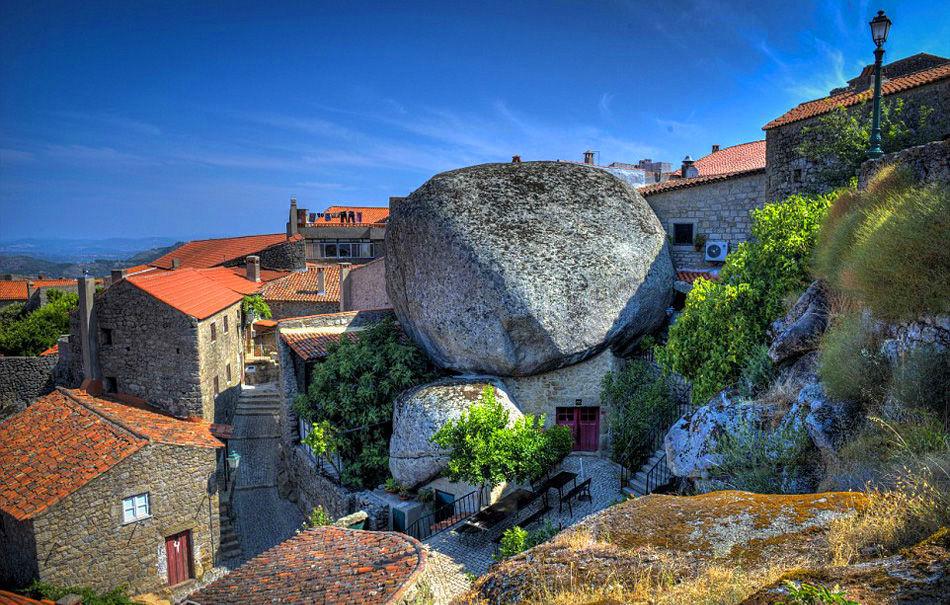 欧洲一座用巨石建造的古村,200吨巨石压在屋顶,800人住在这里