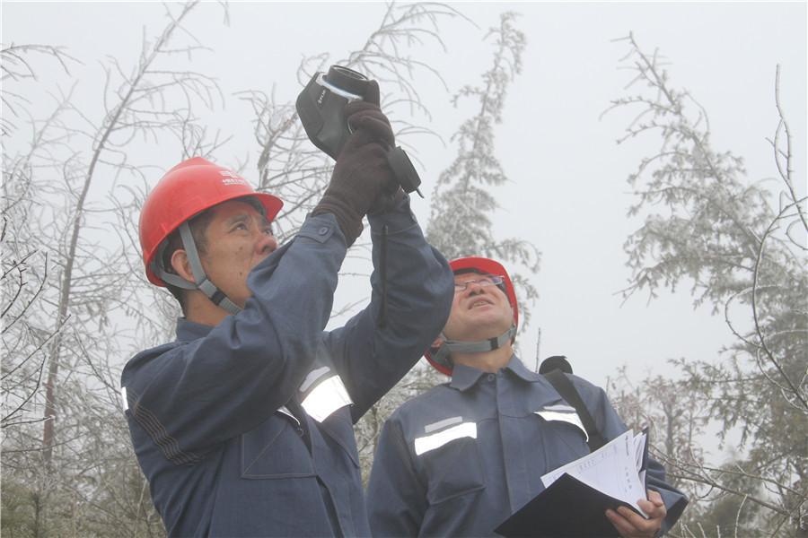 南方电网贵州六盘水钟山供电局梅花山线路特巡确保千余户居民正常用电