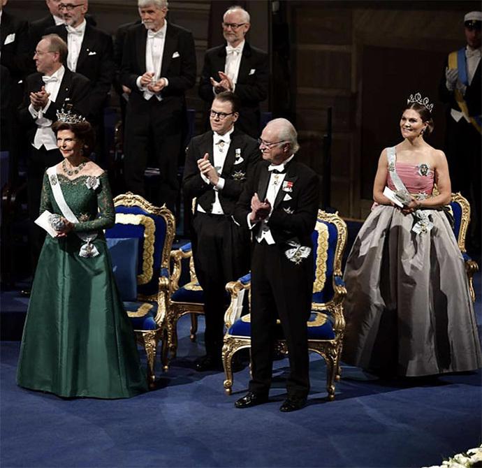 瑞典公主首穿王后23年前旧裙争艳,仍被弟妹索菲亚王妃红裙力压!