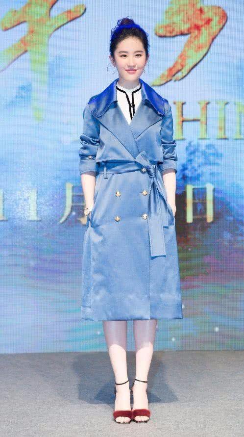 刘亦菲穿蓝色风衣美得不低调,无奈看到腿只想叹气!