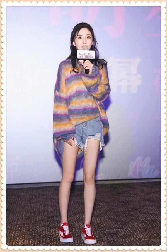 ��何穗和��缤�穿彩虹毛衣,�K于知道超模和明星�赓|差在了哪!