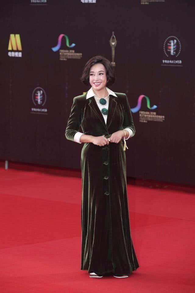 刘晓庆够豪,穿贵妇装身材没秀到,就用翡翠作装饰!
