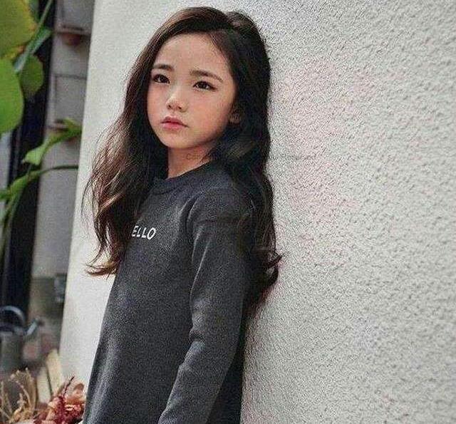 长相甜美6岁被经纪公司看中,愿等她10年签约,妈妈长相更美
