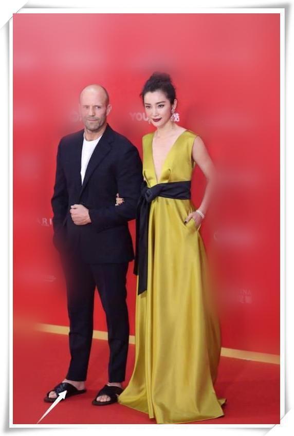 李冰冰和章子怡同穿亮黄色礼服,网友:与其拼命扮嫩不如优雅老去
