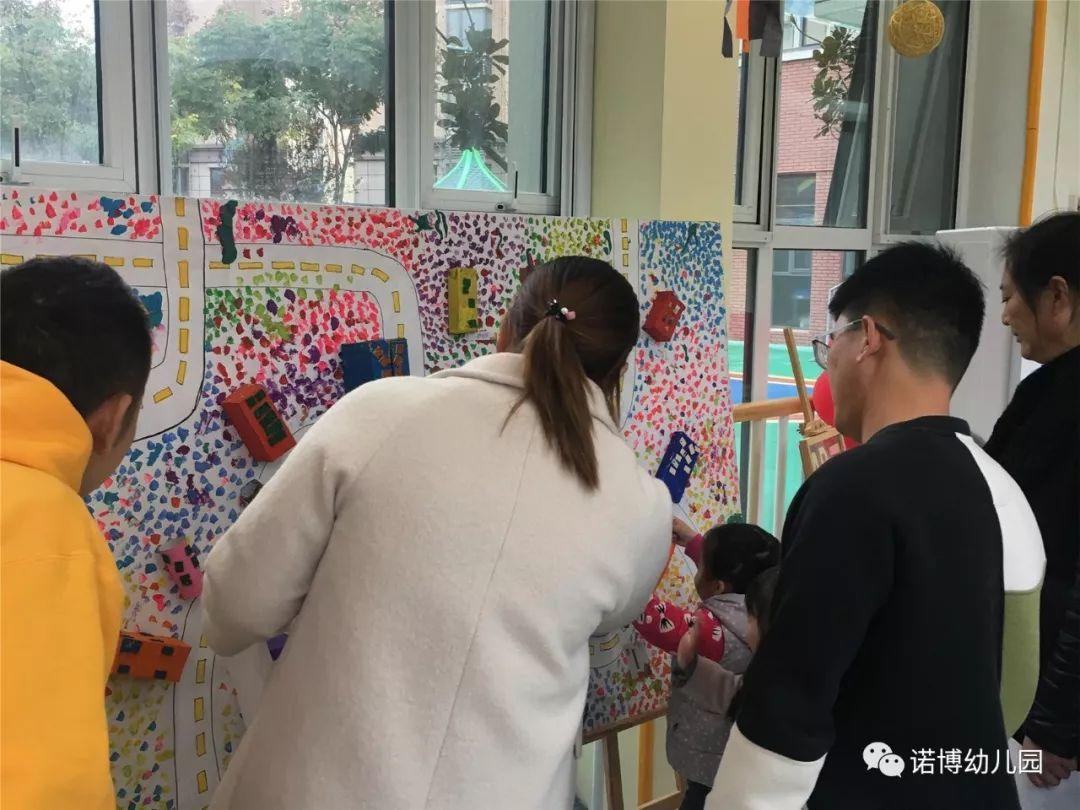 大班主题:   旅行   作品名称:   11月14日-16日,蚌埠南山郦都幼儿园开展了本学期第一主题美术画展,展览主要集中在一楼大厅及走廊,展览一共收集幼儿作品300余件,其中包括创意手工、拓印画、流体画、简笔画、拼贴画、点彩画、综合材料粘贴、树叶拼贴、
