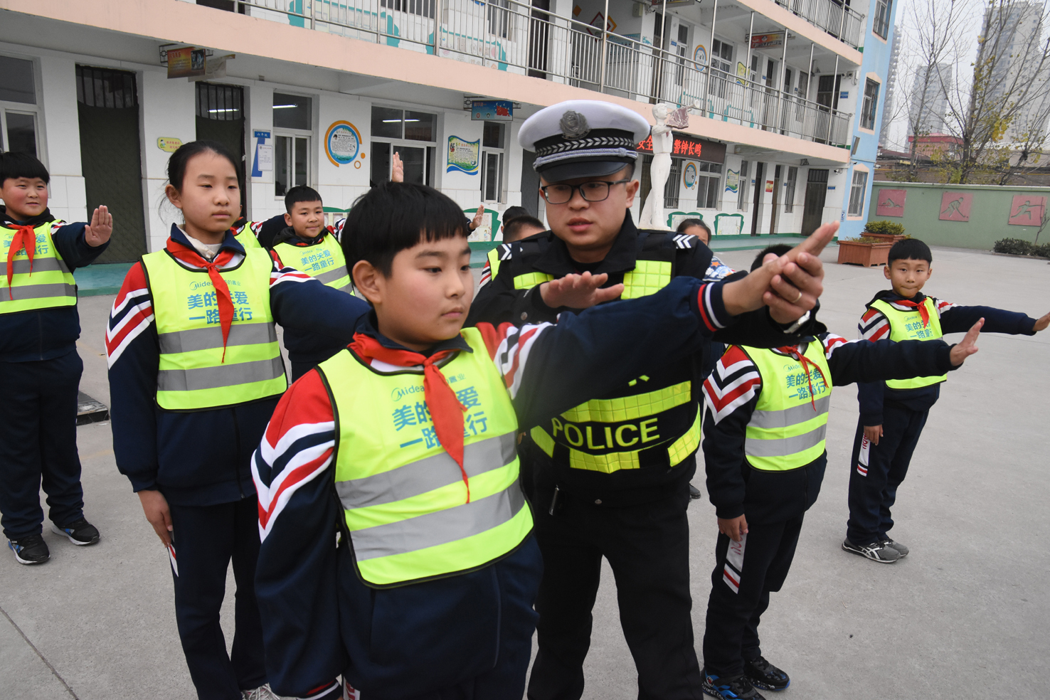 邯郸美的小学西校区邀请交警进校园宣讲交通安全知识