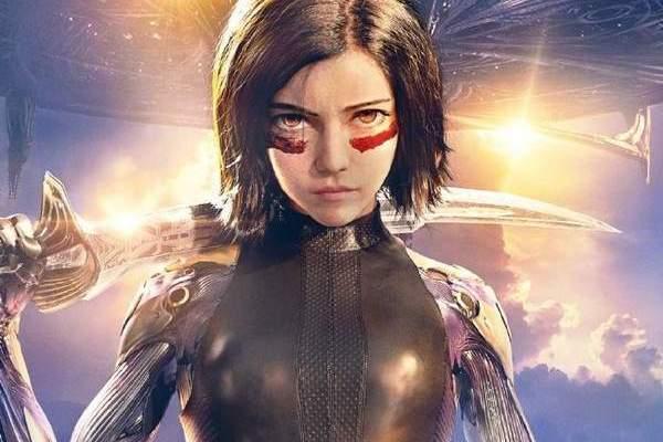 《阿丽塔:战斗天使》新海报曝光 半机械少女手持利刃