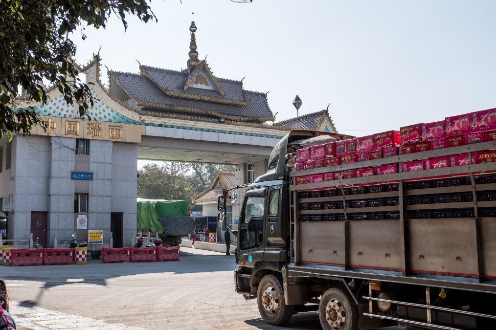 实拍来中国拉货的缅甸货车,驾驶位有左有右,只看到一个中国品牌