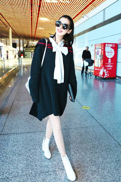黄圣依露美腿,学院风短裙搭配蝴蝶结青春冻龄