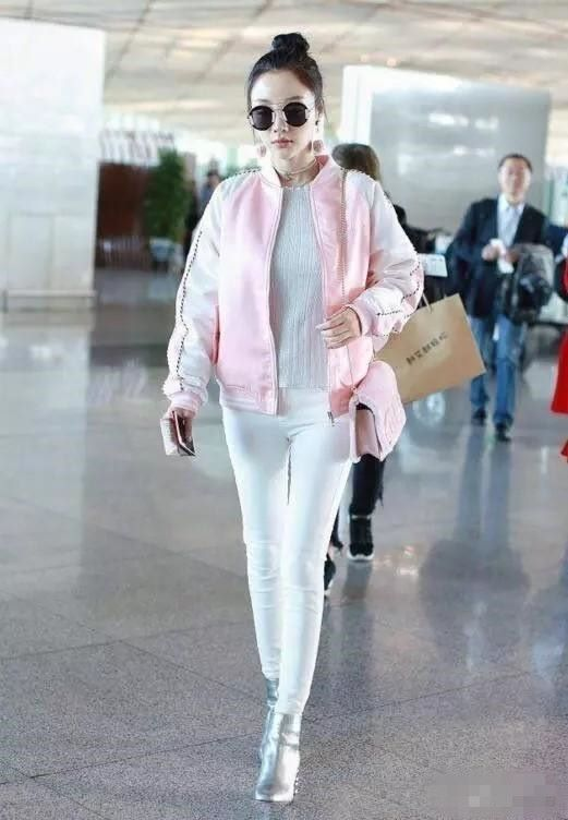 李小璐把粉色蝴蝶结穿身上装少女,网友:满身的廉价感!