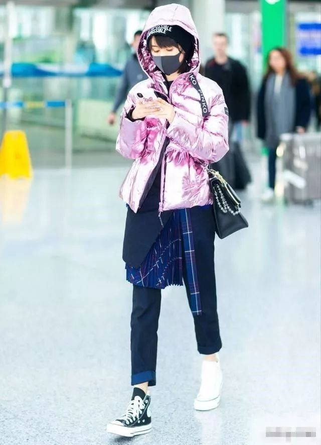 王子文机场穿镜面羽绒服不算啥,这两只鞋子才够前卫!