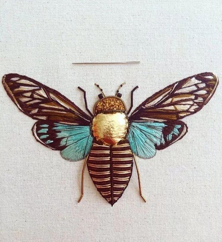 这些形形色色的代表美的饰物 都在经纬纱线之间 那蝴蝶的翅膀斑斓的