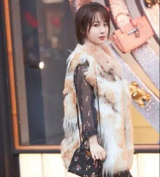 杨紫分手后穿衣风格大变,皮草搭纱裙,越来越有女人味!