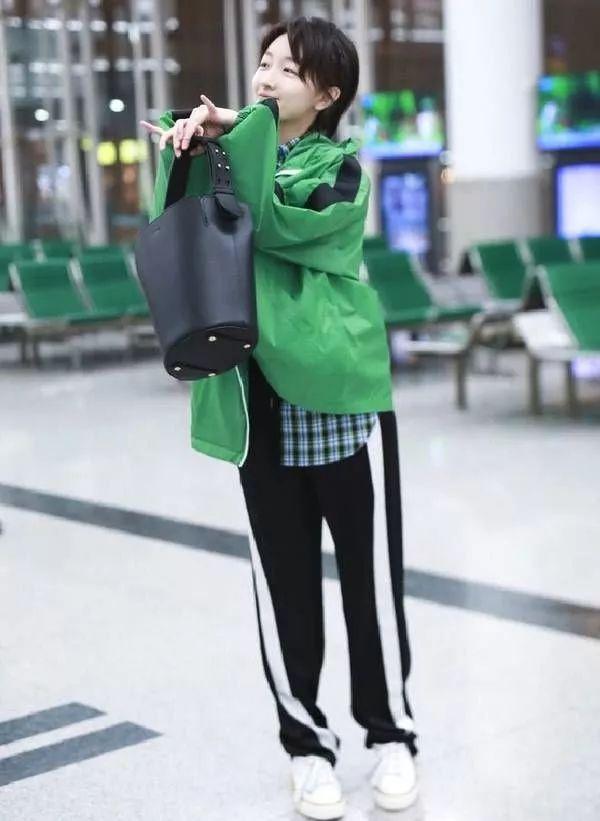 """周冬雨""""绿巨人""""造型现身机场,网友:想帮她把裤线拽直!"""