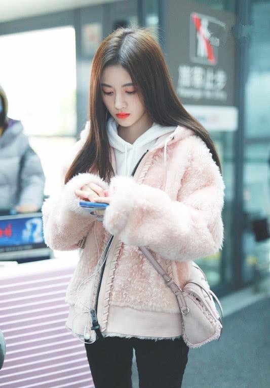 甜美打扮得看鞠婧祎,穿粉色毛外套,配白色卫衣成美少女!