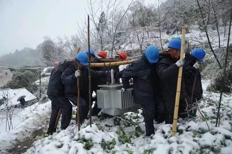这是对千千万万电力用户的情感 千千万万的爱,汇成暖流 基层电力工人