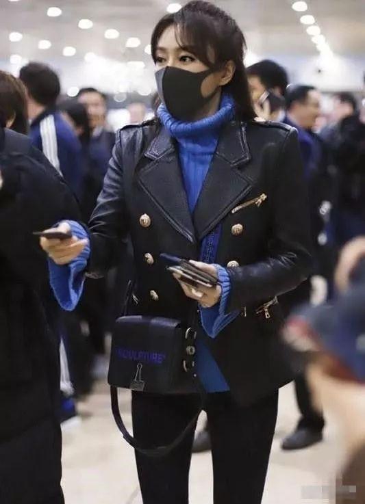 秦岚太敬业,包包上都带着燕尾夹?机车服里套毛衣,有点好看!