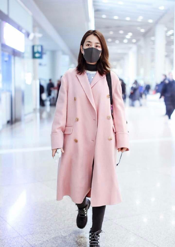 马苏这是什么新时尚?穿个大衣特意把秋衣露了出来!