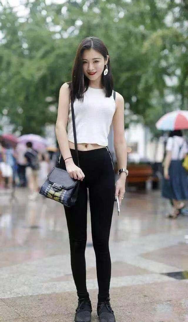 初中美眉囹�a�f�_街拍:美女,花枝招展,曲线丰腴,穿法时尚身材不好难驾驭!